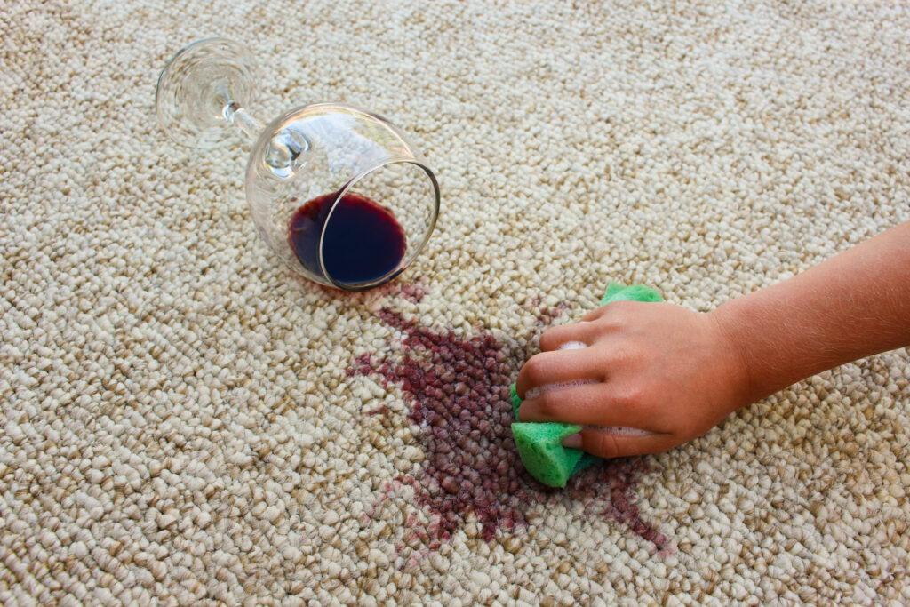ทำไวน์แดงหกใส่พรม! วิธีขจัดคราบไวน์บนพรมแสนรัก